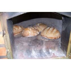 Frisches Brot aus dem mobilen Pizzaofen der Grillhütte