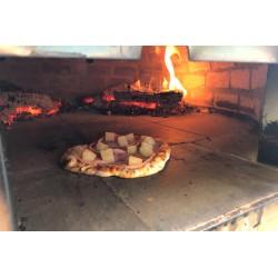 Herrliche Pizza aus dem Pizzaofen der Grillhütte Oberwart